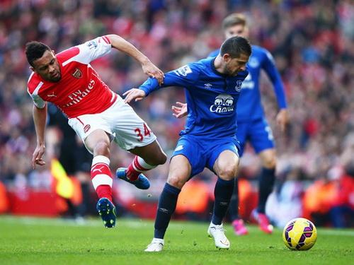 Kevin Mirallas (Everton, phải) đối đầu cùng Coquelin