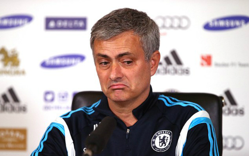 HLV Mourinho phát biểu trong cuộc họp báo trước trận gặp Aston Villa