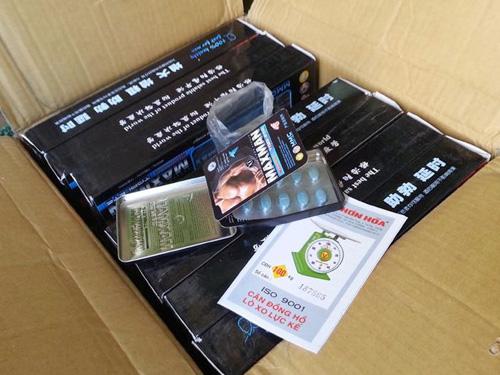 Một thùng hàng chứa đầy các viên thuốc nhãn loại thuốc kích dục