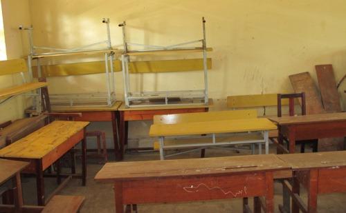 Một số bàn ghế học sinh trong gói thầu sau khi bàn giao đã không sử dụng được