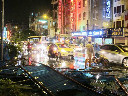 Trận mưa dông mạnh chiều tối ngày 4-6 vừa qua đã gây nhiều thiệt hại ở Hà Nội - Ảnh: Văn Duẩn