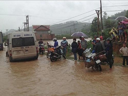 Mưa lớn do ảnh hưởng bởi bão số 1 đã gây ngập lụt nặng trên quốc lộ số 6 đoạn qua Sơn La - Ảnh: Báo Sơn La