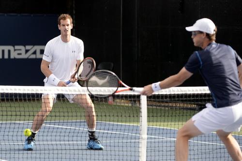 Andy Murray (trái) nhường bước anh trai Jamie ở nội dung đôi nam