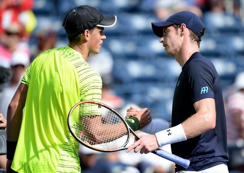 Andy Murray (phải) thắng nhàn nhã trước Vasek Pospisil