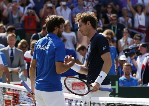 Simon (trái) không thể vượt qua Murray