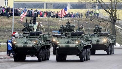 4 xe bọc thép Mỹ tham gia diễu hành ở Estonia. Ảnh: Reuters