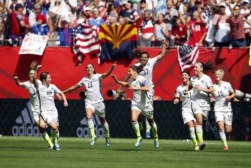 Các tuyển thủ Mỹ vui mừng sau bàn thắng thứ 5