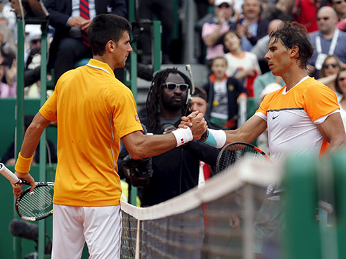 Nadal (phải) quá thất vọng sau thất bại trước Djokovic ở bán kết Ảnh: REUTERS