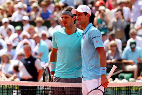 Nadal (trái) và Djokovic sớm phải loại nhau Ảnh: REUTERS