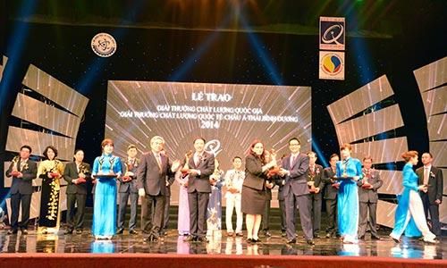 Tổng Giám đốc Hoàng Minh Châu đại diện Nam Dược nhận Giải Vàng chất lượng quốc gia 2014