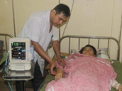 Nạn nhân vụ sập giàn giáo Formosa Phan Văn Dũng đang được điều trị tại Bệnh viện đa khoa tỉnh Hà Tĩnh - Ảnh: Đức Ngọc