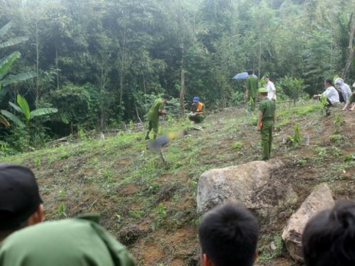 Lực lượng điều tra đang khám nghiệm hiện trường 1 nạn nhân trong vụ thảm sát bị nghi can Đặng Văn Hùng dùng dao sát hại - Ảnh: TTXVN