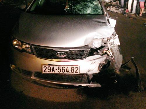 Chiếc xe ô tô 4 chỗ hiệu Kia Forte mang BKS 29A-564.82 gây tai nạn bị nát phần đầu bên trái