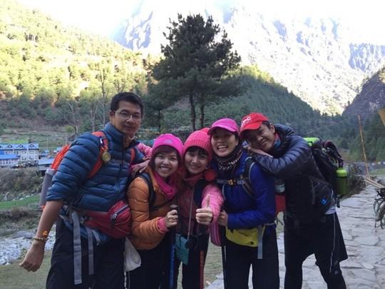 5 người Việt chụp ảnh tại Nepal hôm 23-4. Ảnh do gia đình chị Diễm Chi cung cấp