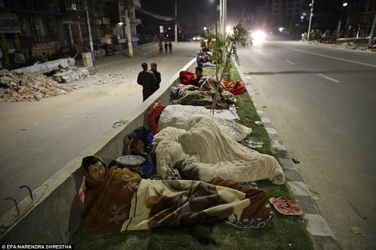 Những người dân ngủ ở vỉa hè sau trận động đất kinh hoàng tại Nepal. Ảnh: Reuters