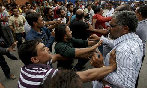 Những người Ấn Độ tranh giành lên máy bay rời khỏi Nepal sau khi sân bay ở Kathmandu mở cửa trở lại. Ảnh: AP