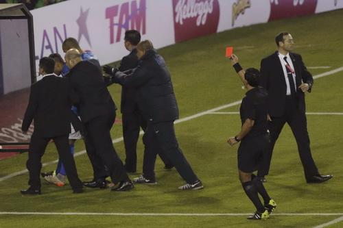 Neymar lãnh thẻ đỏ khi trận đấu đã kết thúc