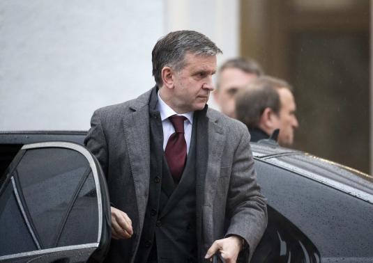 Đại sứ Nga tại Ukraine Mikhail Zurabov đến dự đàm phán hòa bình ở Minsk hôm 31-1. Ảnh: Reuters.