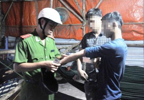 Công an phường Tam Bình, quận Thủ Đức,  TP HCM kiểm tra người nghi nghiện ma túy