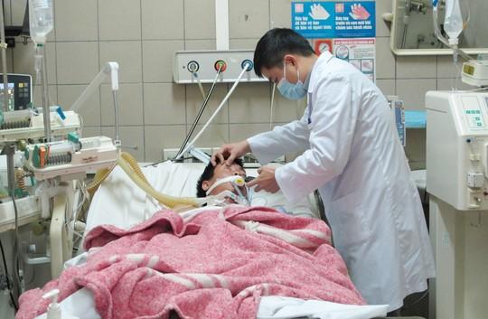 Một bệnh nhân bị ngộ độc rượu được điều trị tại Trung tâm chống độc thuộc Bệnh viện Bạch Mai (Hà Nội)