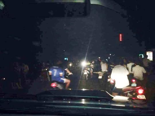 Người dân kéo nhau tới khu vực vệt sáng lao xuống gây ra tiếng nổ