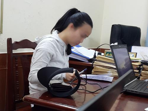 Một người mẫu bán dâm trong đường dây sex tour đang viết giải trình tại cơ quan công an - Ảnh: Nguyễn Quyết