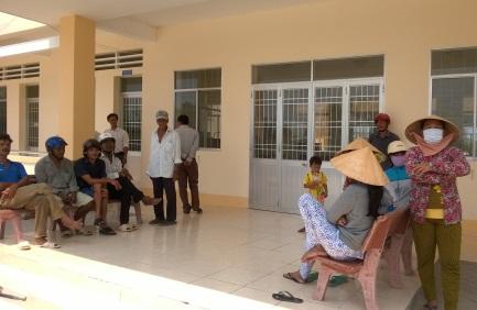 Người thân của các em học sinh nghi bị công an xã đánh kéo đến trụ sở xã Thạnh Phú yêu cầu trả lời thỏa đáng