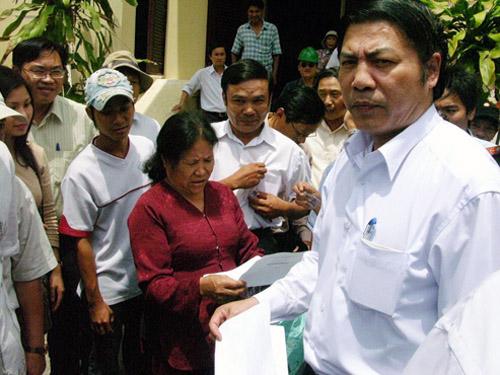 Ông Nguyễn Bá Thanh trong một lần tiếp xúc với người dân khiếu nại ở Đà Nẵng