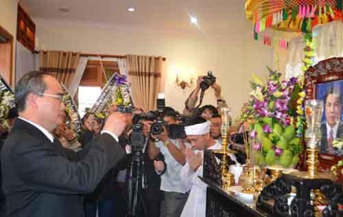 Chủ tịch Ủy ban Trung ương MTTQ Việt Nam Nguyễn Thiện Nhân viếng ông Nguyễn Bá Thanh