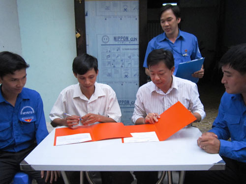 Chủ nhà trọ, ông Nguyễn Hoàng Trung (thứ 2, từ trái qua), đăng ký định mức nước cho người ở trọ