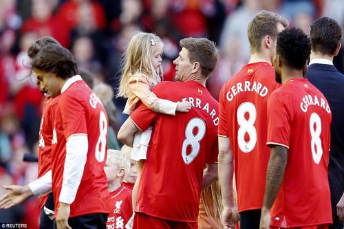 Đồng đội măc áo số 8 để tri ân Gerrard vì những đóng góp của anh cho Liverpool