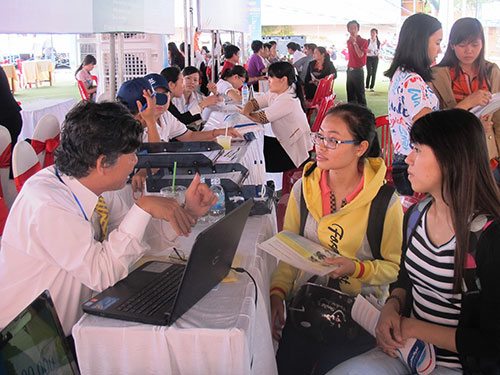 Nhà tuyển dụng phỏng vấn ứng viên tại sàn giao dịch sáng 20-3