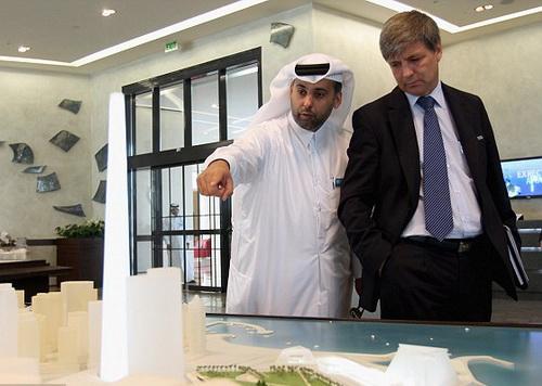Harold Mayne-Nicholls trong một đi khảo sát cơ sở vật chất ở Qatar