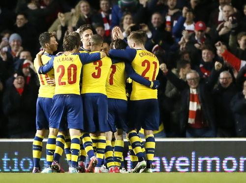Arsenal vui mừng sau bàn thắng thứ ba của Rosicky (giữa)