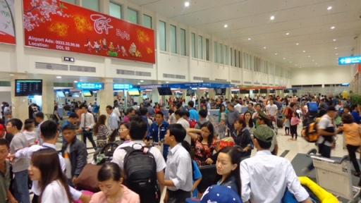 Khách làm thủ tục ở sân bay Tân Sơn Nhất (TP HCM)