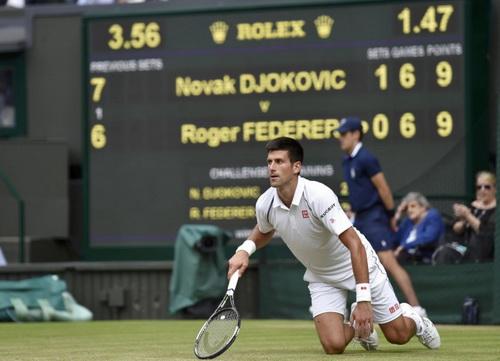 Djokovic đứng lên từ những vấp váp còn Federer thì không thể