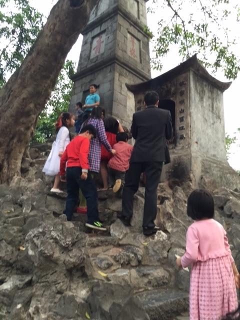 """Tháp Bút Hồ Gươm với ba chữ """"Tả thanh thiên"""" (viết lên trời xanh) thu hút rất đông khách tham quan nhí. Các bậc cha mẹ kỳ vọng việc thắp hương tại Tháp Bút - Đài Nghiên sẽ giúp con cái học hành thông minh, sáng dạ"""