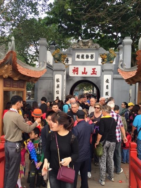 Lực lượng bảo vệ cứ mọt lúc lại phải đóng cửa ngăn không cho khách vào vì sợ đền Ngọc Sơn quá tải