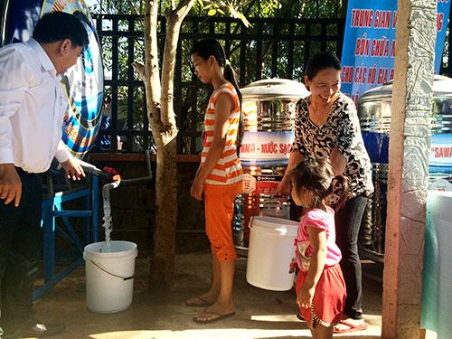 SAWACO đưa bồn nước đến xã Bình Mỹ, huyện Củ Chi, TP HCM để hỗ trợ người dân sử dụng nước sạch Ảnh: THU HỒNG
