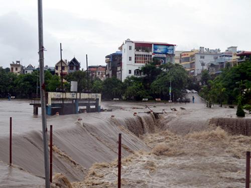 Mưa lớn đổ xuống đã gây lũ tại TP Uông Bí
