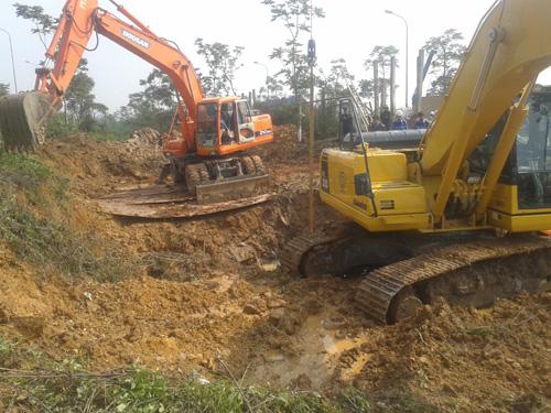 Máy xúc đang đào tại nơi đường ống nước bị vỡ