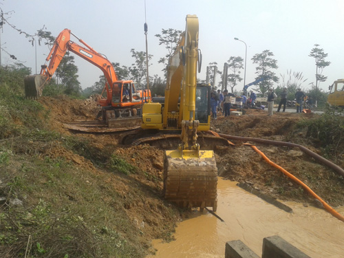Khắc phục sự cố vỡ đường ống nước sông Đà lần thứ 10 (ngày 15-1) - Ảnh: Nguyễn Hưởng
