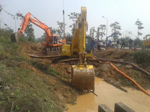 Công nhân của Công ty nước sạch Vinaconex đang khắc phục sự cố vỡ đường ống dẫn nước sông Đà