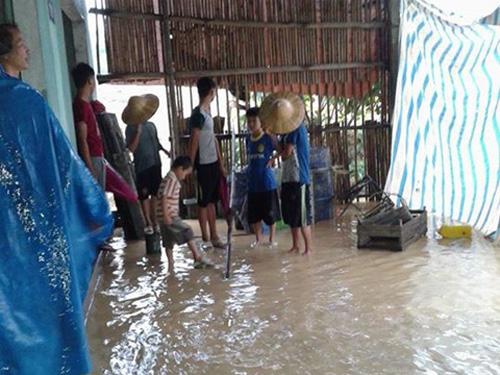 Nước lũ tràn vào nhà dân