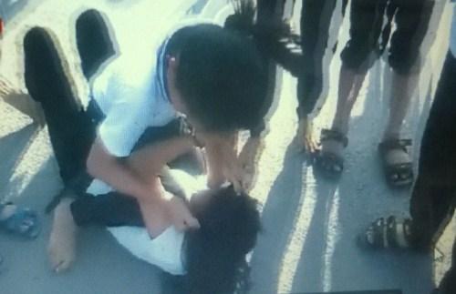 Ảnh cắt từ clip hai nữ sinh đánh nhau ở Cà Mau