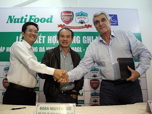 Chủ tịch HĐQT NutiFood Trần Thanh Hải (trái) tại lễ ký kết thành lập học viện mới Ảnh: MINH NGỌC