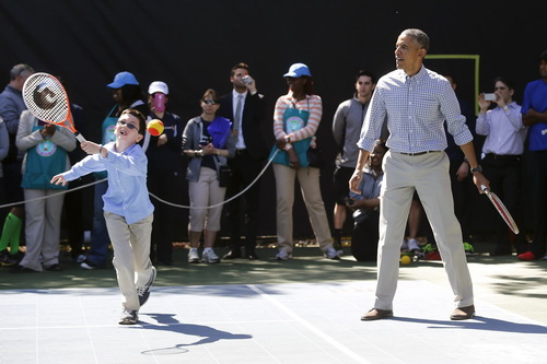 Tồng thống Obama thi đấu quần vợt với thiếu nhi