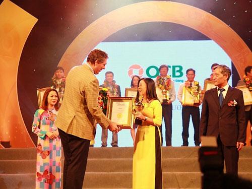 Đại diện OCB nhận giải thưởng Thương hiệu xuất sắc