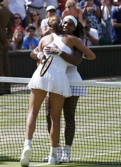 Chiến thắng không đến dễ dàng với Serena với cái ôm chuyển giao thế hệ dành cho Muguruza