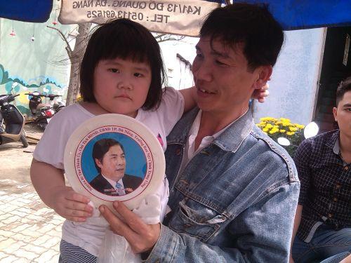 Người dân Đà Nẵng mua hình khắc trong đá của ông Nguyễn Bá thanh để tưởng nhớ. Ảnh: Hoàng Dũng